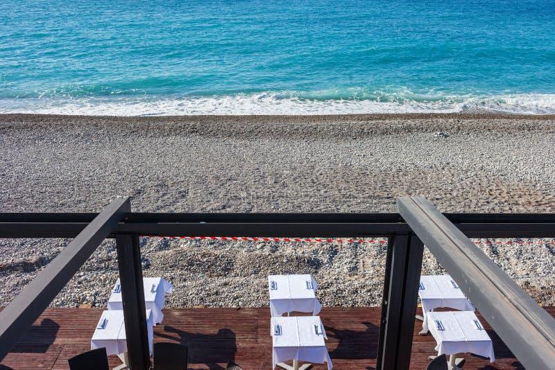 Θάλασσα παραλιών και πίνακες του υπαίθριου εστιατορίου στοκ φωτογραφία με δικαίωμα ελεύθερης χρήσης
