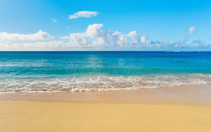 Download θάλασσα παραλιών τροπική στοκ εικόνα. εικόνα από σύννεφο - 22782985