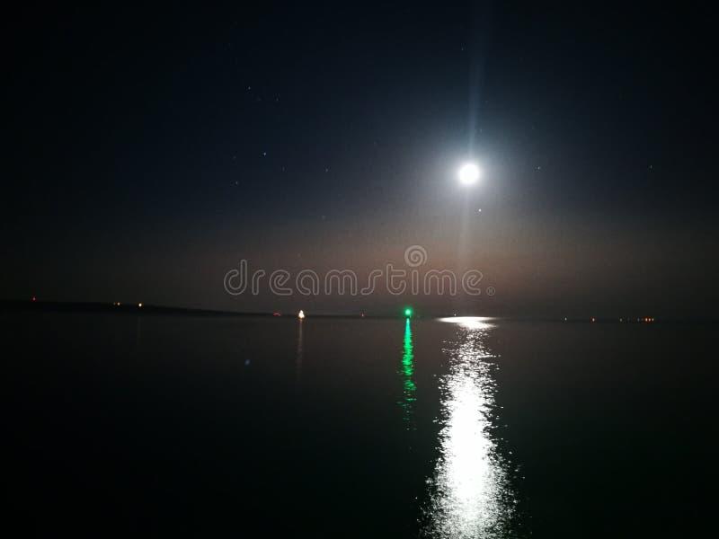 Θάλασσα φεγγαριών νύχτας στοκ εικόνα
