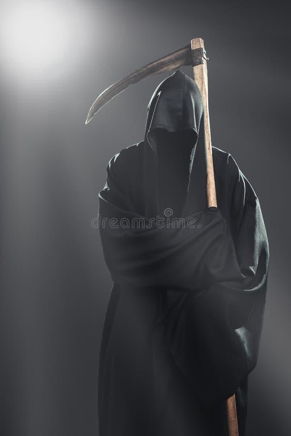 Θάνατος με το δρεπάνι που στέκεται στην ομίχλη στοκ εικόνες