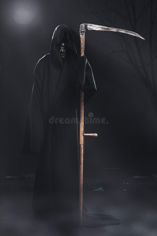 Θάνατος με το δρεπάνι που στέκεται τη νύχτα στοκ εικόνα με δικαίωμα ελεύθερης χρήσης