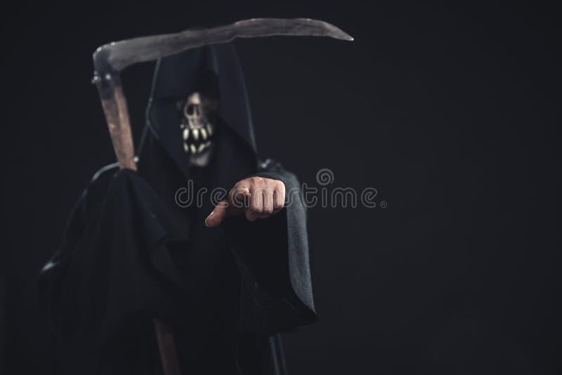 Θάνατος με το δρεπάνι που στέκεται τη νύχτα στοκ φωτογραφία με δικαίωμα ελεύθερης χρήσης