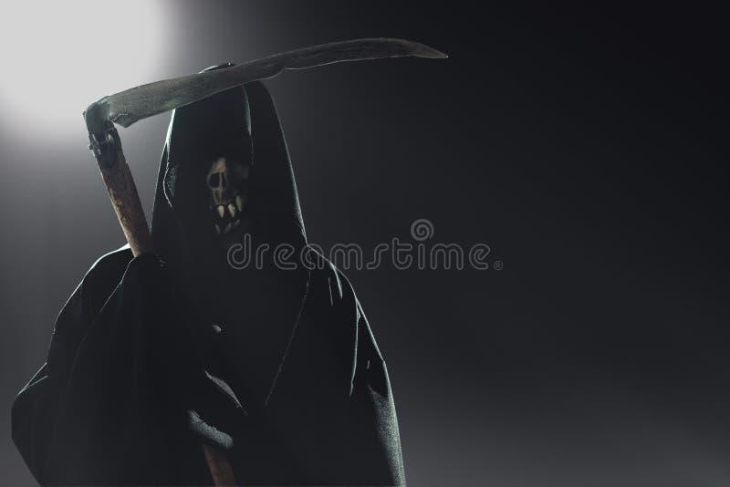 Θάνατος με το δρεπάνι που στέκεται τη νύχτα στοκ εικόνα