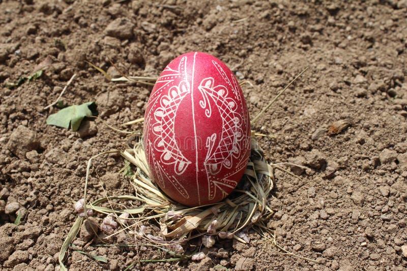 Θάψιμο του παλαιού αυγού Πάσχας πρώτο furrow της γης, τομέας στοκ φωτογραφία με δικαίωμα ελεύθερης χρήσης