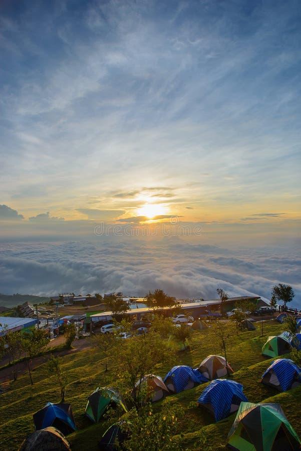 Θάλασσα άποψης Landscpae της υδρονέφωσης σε Phu thap buek το πρωί στοκ εικόνα