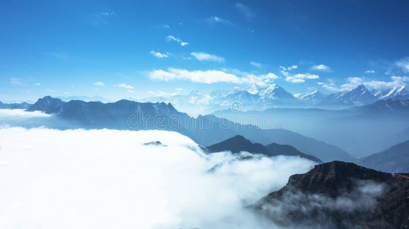 Θάλασσα βουνών χιονιού των σύννεφων στοκ εικόνα
