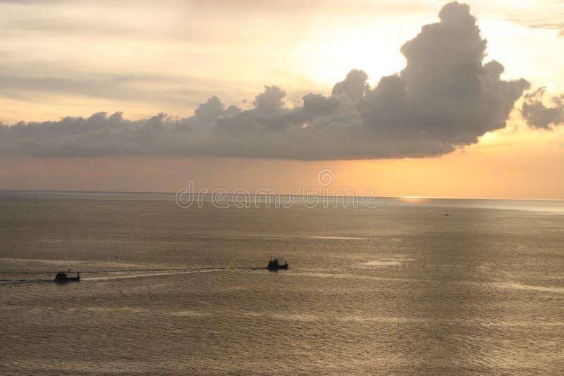 Θάλασσα ηλιοβασιλέματος με τη βάρκα στοκ εικόνες