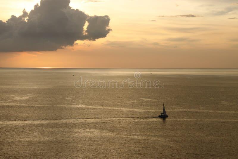 Θάλασσα ηλιοβασιλέματος με τη βάρκα στοκ εικόνες με δικαίωμα ελεύθερης χρήσης