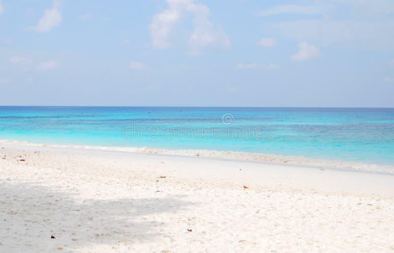 Θάλασσα και άσπρη άμμος στοκ εικόνα με δικαίωμα ελεύθερης χρήσης