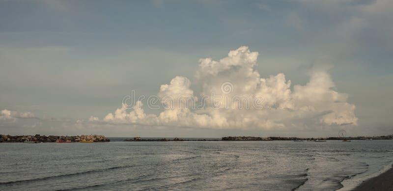 Θάλασσα και ένας μεγάλος σωρείτης στοκ φωτογραφία με δικαίωμα ελεύθερης χρήσης