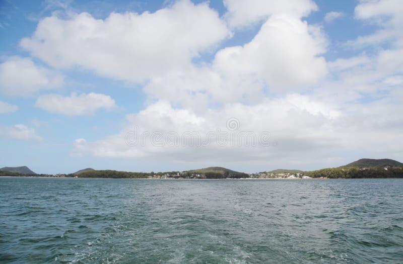 Θάλασσα και απόμακρο έδαφος στοκ εικόνα
