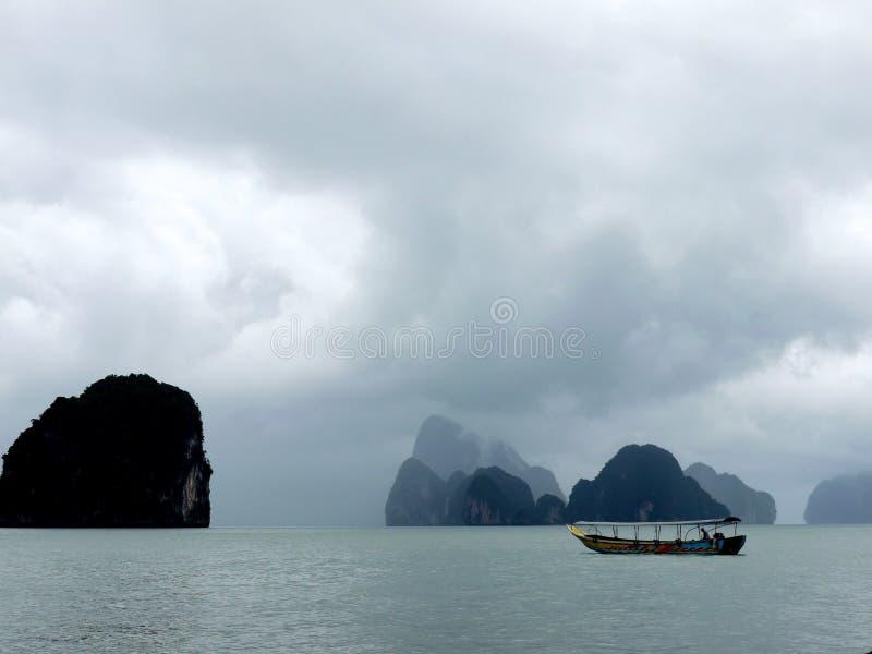 Θάλασσα και βάρκα μετά από το strom στοκ φωτογραφία με δικαίωμα ελεύθερης χρήσης