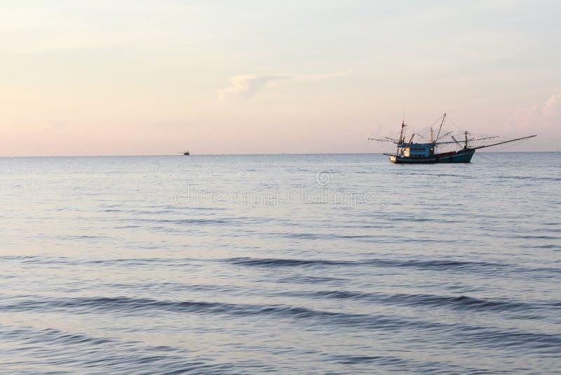 Θάλασσα και βάρκα στην παραλία της Ταϊλάνδης στοκ φωτογραφία