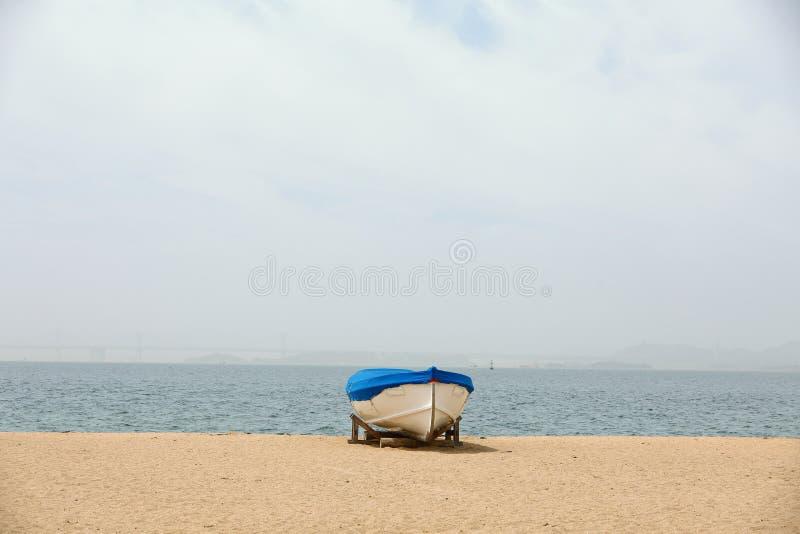 Θάλασσα και βάρκα στοκ φωτογραφία με δικαίωμα ελεύθερης χρήσης