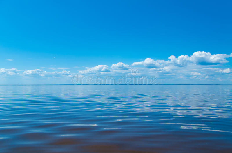 Θάλασσα και μπλε ουρανός με τα σύννεφα στοκ φωτογραφία με δικαίωμα ελεύθερης χρήσης