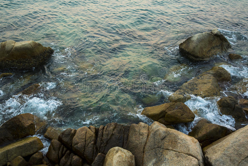 Θάλασσα, κύματα, άμμος και πέτρες στοκ εικόνες
