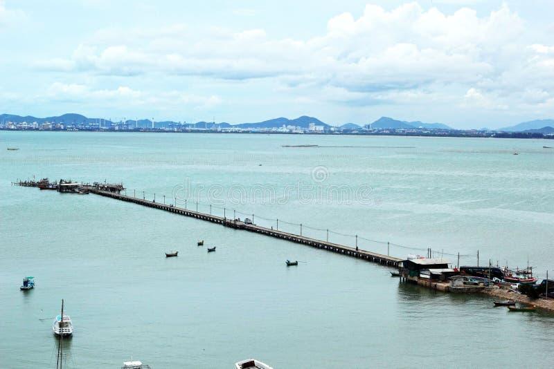 Θάλασσα με τα σκάφη και τη μακριά γέφυρα. στοκ εικόνα