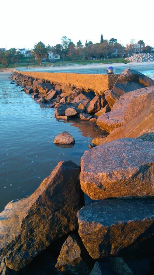 Θάλασσα νερού βράχων peacefull στοκ φωτογραφίες με δικαίωμα ελεύθερης χρήσης