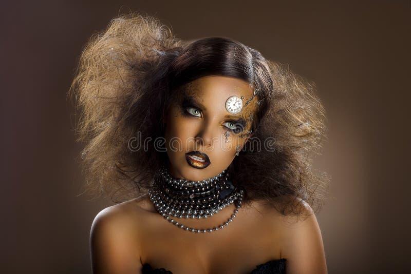 Θέατρο. Στάδιο. Επιχρυσωμένο Faceart της γυναίκας. Απόδοση. Χρυσό δέρμα - ραπτικές Haute στοκ φωτογραφίες με δικαίωμα ελεύθερης χρήσης