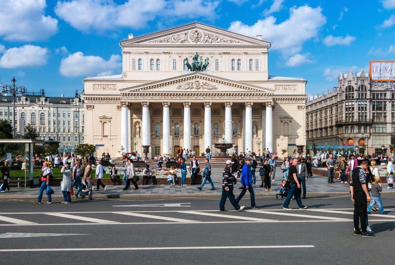Θέατρο Bolshoi στη Μόσχα και το περπάτημα ανθρώπων στοκ φωτογραφίες με δικαίωμα ελεύθερης χρήσης