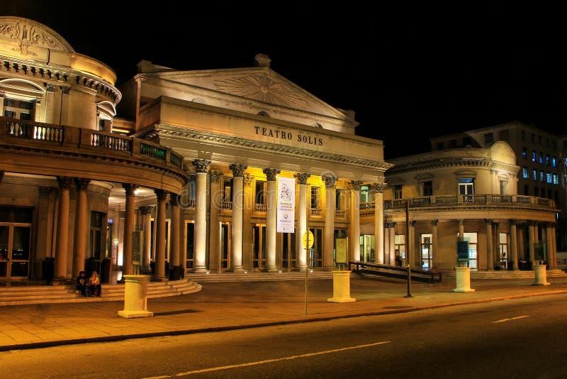 Θέατρο Solis τη νύχτα στην παλαιά πόλη του Μοντεβίδεο, Ουρουγουάη στοκ εικόνα