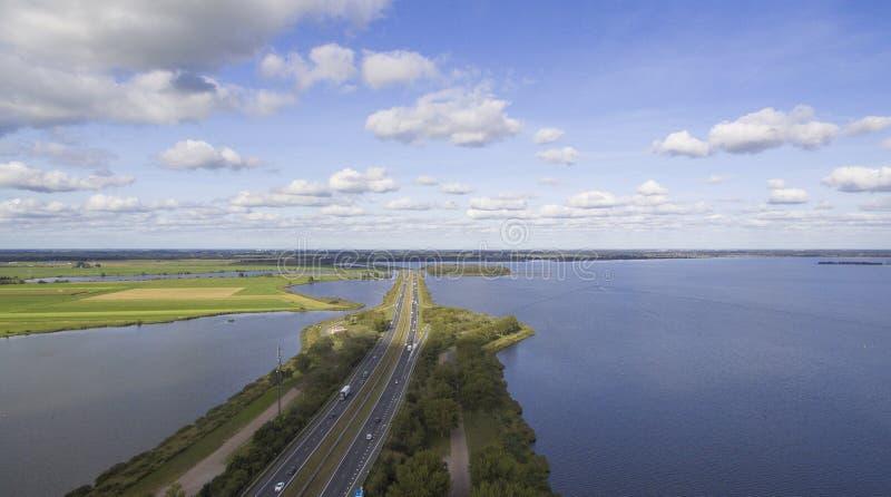 Θέα αέρος σε αυτοκινητόδρομο σε λίμνη στοκ εικόνα