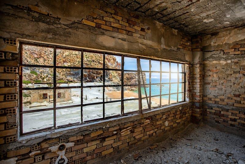 Θέα αριό τα εγκαταλελειμένα ορυχεία θείου στη Θεορίχιτσα, στο νησί Μίλος στοκ εικόνα
