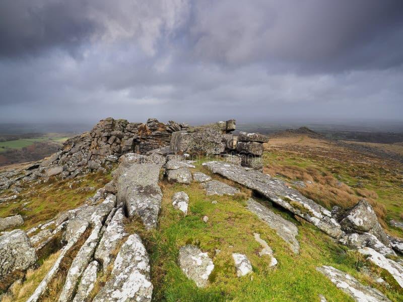 Θέα αριό το Belstone Tor κοιτάζοντα ριάνω στην ύριαιθρο ε σκοτεινό θυελλώδη ουρανό, Dartmoor National Park, Devon στοκ φωτογραφίες με δικαίωμα ελεύθερης χρήσης