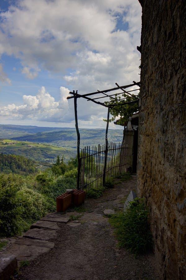 Θέα βουνού από ένα συμπαθητικό μικρό σπίτι στοκ εικόνα