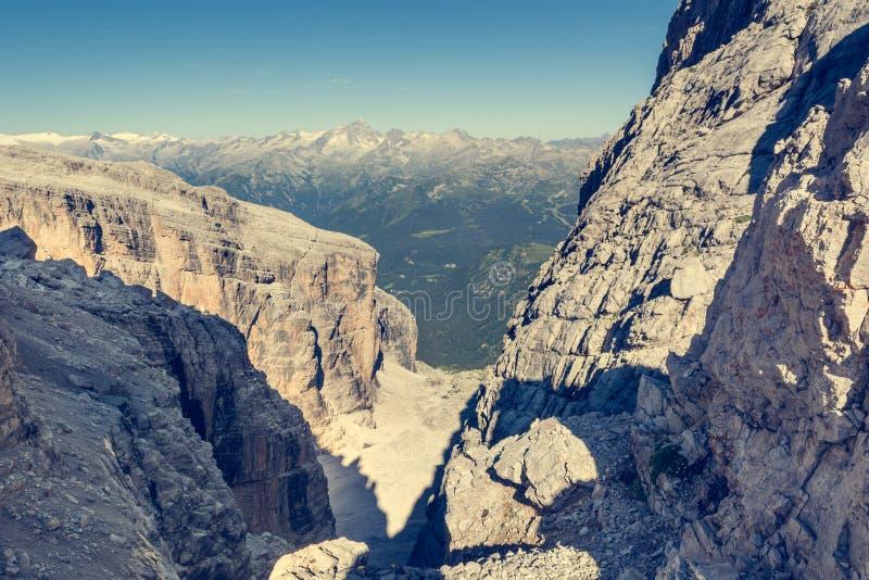 Θέα βουνού μέσω ενός στενού περάσματος στοκ εικόνες με δικαίωμα ελεύθερης χρήσης