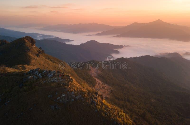 Θέα βουνού πρωινού με την ηλιαχτίδα και την ελαφριά ομίχλη στο rai Ταϊλάνδη Doi Pha Tang chiang στοκ εικόνα