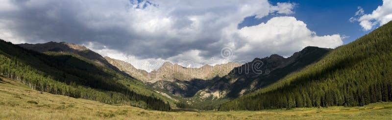 Θέα βουνού σειράς Gore στο Piney αγρόκτημα Vail Κολοράντο ποταμών στοκ εικόνες