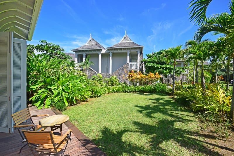 Θέα δωματίου σε ανοιχτή βεράντα ε ελαφρώς εγαλύτερη οροφή και ψηλή ξύλινη πόρτα πλήρους μήκους, θέα στον όμορφο πράσινο κήπο