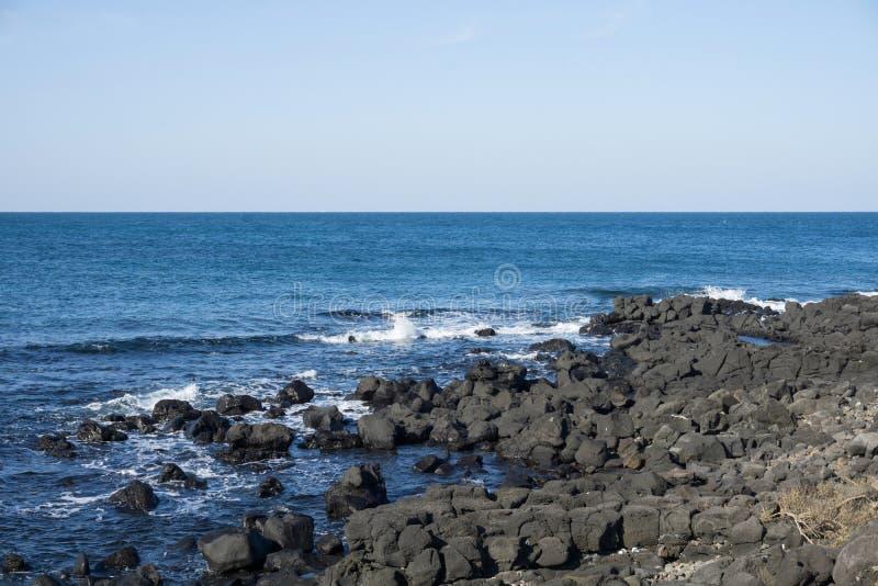 Θέα τη γαλάζια θάλασσα αριό το εξωτερικό καφέ στο Jeju τη Νότια Κορέα στοκ φωτογραφίες με δικαίωμα ελεύθερης χρήσης