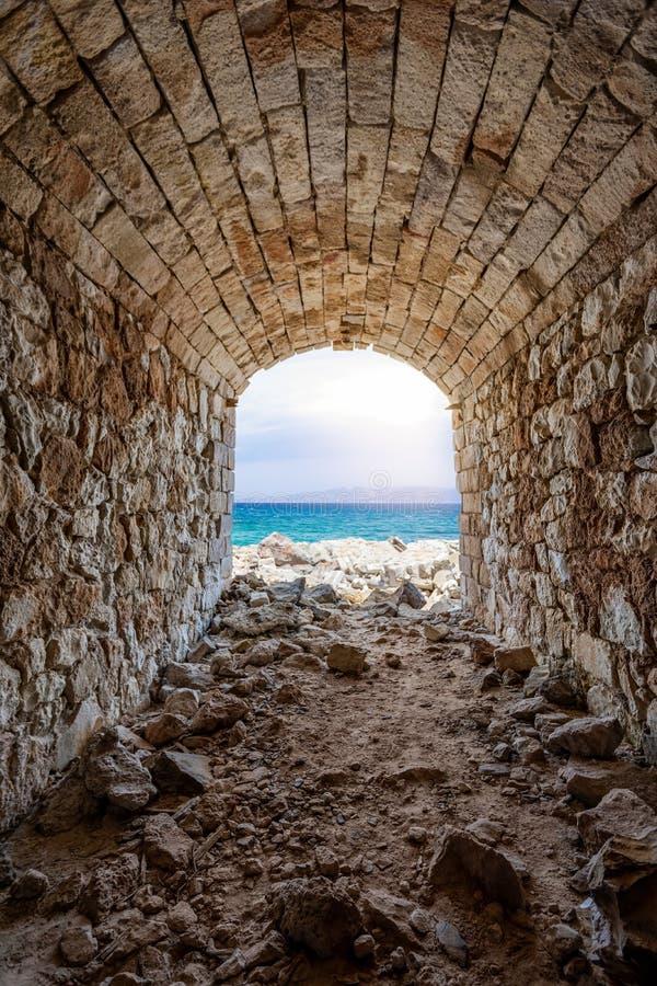Θέα τη θάλασσα αριό ια ριαλαιά σήραγγα εξόρυξη στη Θωρικία, Μίλος, Κυκλάδε, Ελλάδα στοκ εικόνα με δικαίωμα ελεύθερης χρήσης
