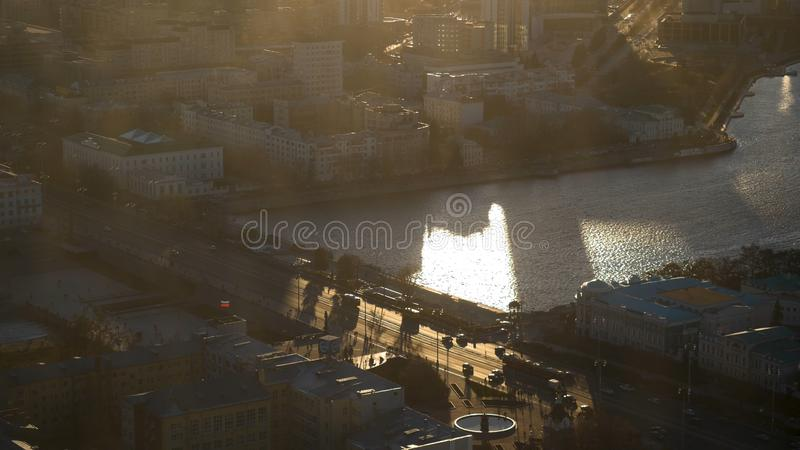 Θέα τη σύγχρονη ριόλη στι ακτέ του ήλιου Υλικό μετοχών Θεαματικές όψεις της πόλης στον καλοκαιρινό ήλιο στοκ φωτογραφία με δικαίωμα ελεύθερης χρήσης