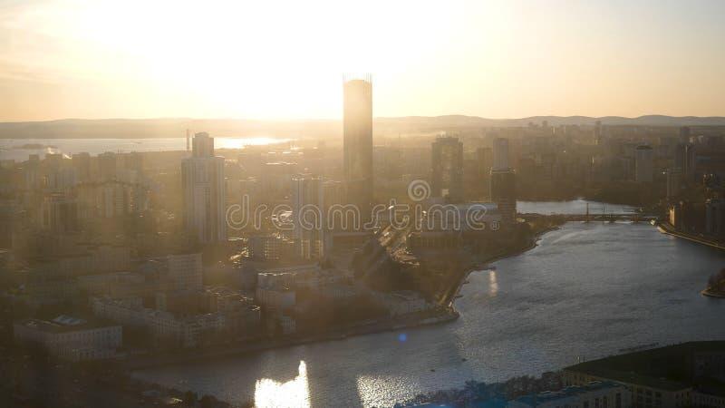 Θέα τη σύγχρονη ριόλη στι ακτέ του ήλιου Υλικό μετοχών Θεαματικές όψεις της πόλης στον καλοκαιρινό ήλιο στοκ φωτογραφίες
