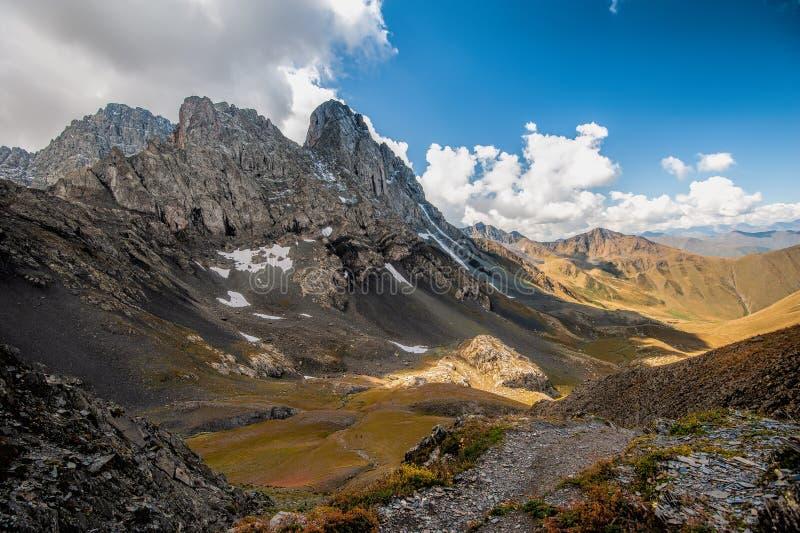 Θέα του βουνού Chaukhi κοντά στη Γιούτα, Γεωργία στοκ φωτογραφία με δικαίωμα ελεύθερης χρήσης