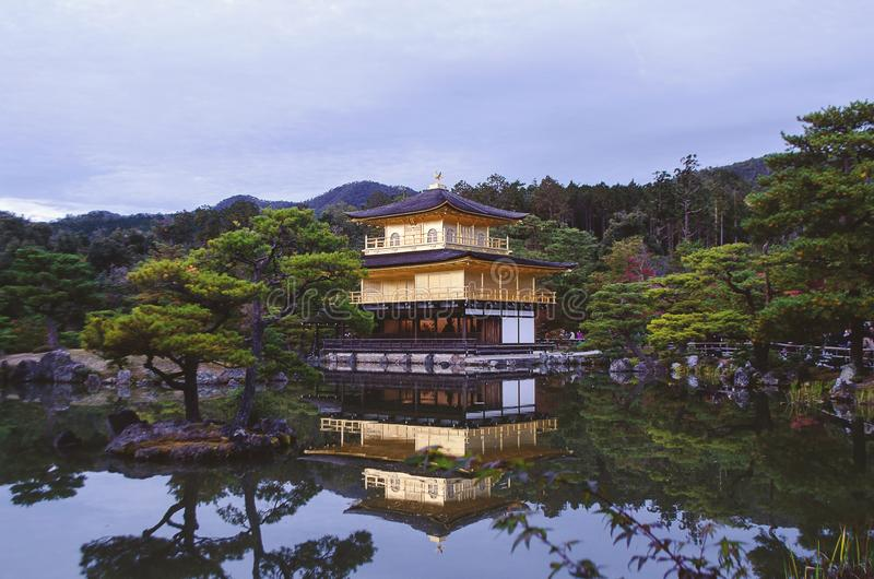 Θέα του ναού Kinkaku-kinkaku-ji στοκ εικόνες