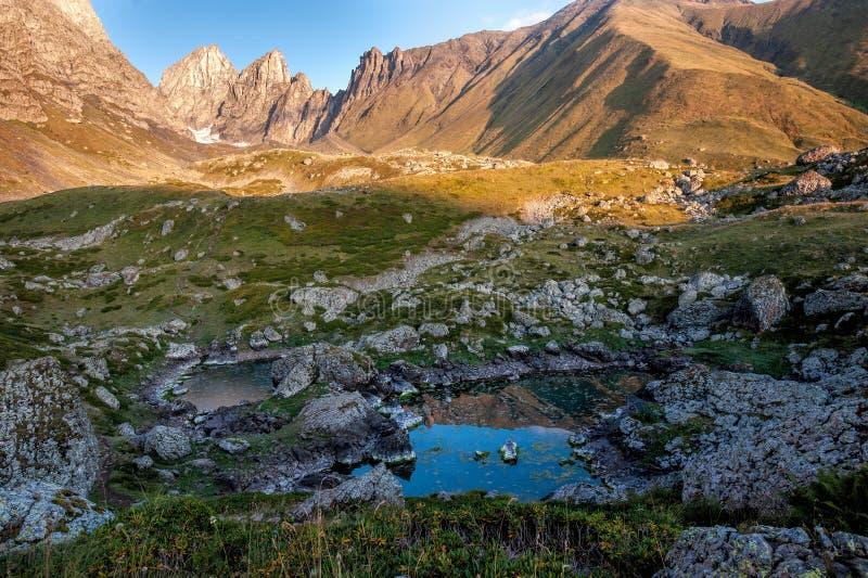 Θέα των λιμνών Blue Abudelauri το πρωί, Khevsureti, Γεωργία στοκ φωτογραφίες με δικαίωμα ελεύθερης χρήσης
