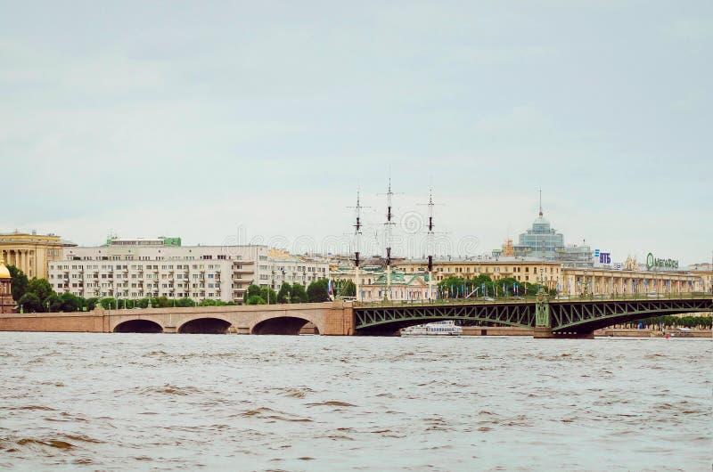 Θέες της Αγία Πετρούπολης Ταξίδι στις όμορφες θέσεις στοκ φωτογραφία
