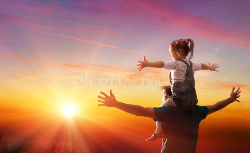Θέμα ημέρας πατέρων - κόρη με τον μπαμπά στοκ εικόνα με δικαίωμα ελεύθερης χρήσης