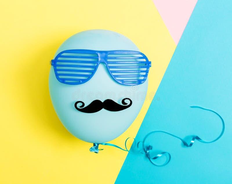 Θέμα κόμματος με το μπαλόνι, moustache και τις σκιές παραθυρόφυλλων στοκ εικόνες