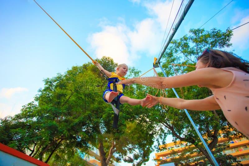 Θέμα ψυχαγωγίας παιδιών Παιδί που πηδά στο τραμπολίνο με τη SAF στοκ φωτογραφία με δικαίωμα ελεύθερης χρήσης
