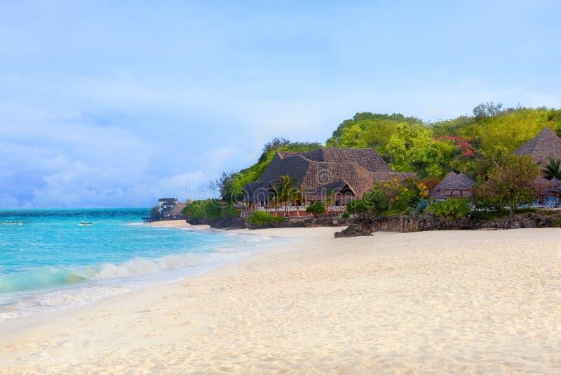 Θέρετρο πολυτέλειας με την κενή άσπρη παραλία άμμου στοκ φωτογραφία