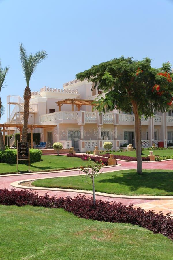 Θέρετρο πολυτέλειας με την πολύβλαστη πρασινάδα σε Hurghada, Αίγυπτος στοκ εικόνα