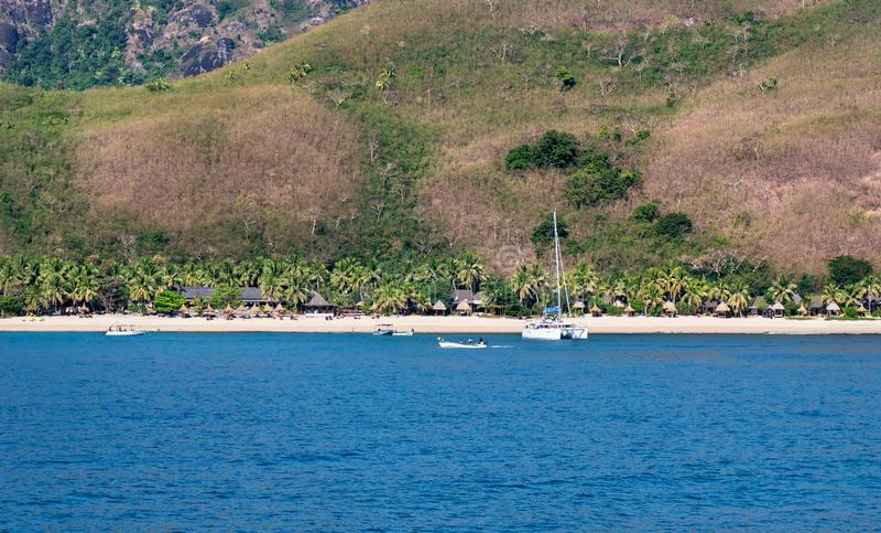 Θέρετρο σε ένα τροπικό νησί με έναν λόφο στο υπόβαθρο στοκ φωτογραφίες