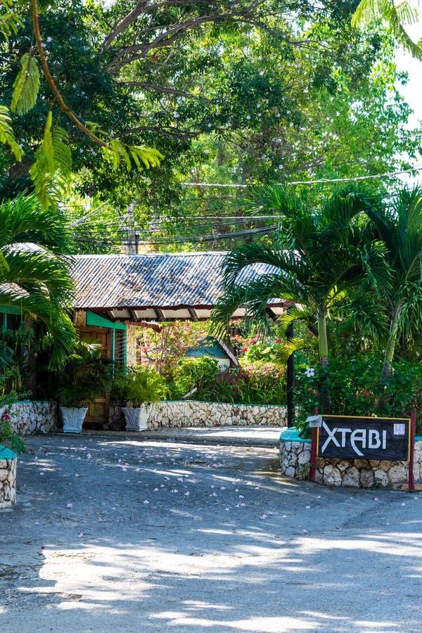 Θέρετρο Xtabi στους απότομους βράχους της τζαμαϊκανής πόλης τουρισμού δυτικών ακτών, West End Negril Τζαμάικα στοκ φωτογραφία