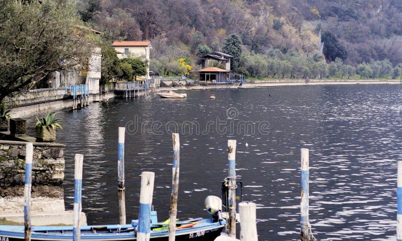 Θέσεις και βάρκες πρόσδεσης στοκ φωτογραφίες με δικαίωμα ελεύθερης χρήσης