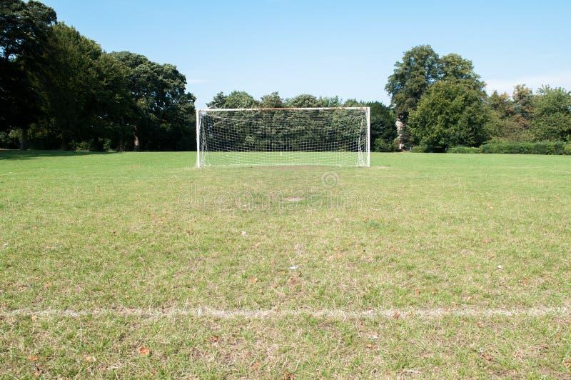 Θέσεις στόχου ποδοσφαίρου και καθαρός σε μια πίσσα ποδοσφαίρου στοκ φωτογραφίες